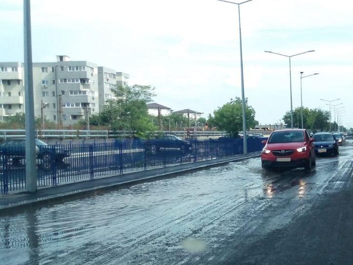 iulie 29 - inundatie - 6 - parcarea de la PL plina si ea